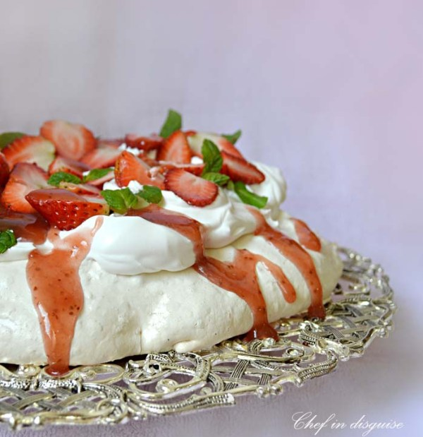 pavlova with strawberry sauce